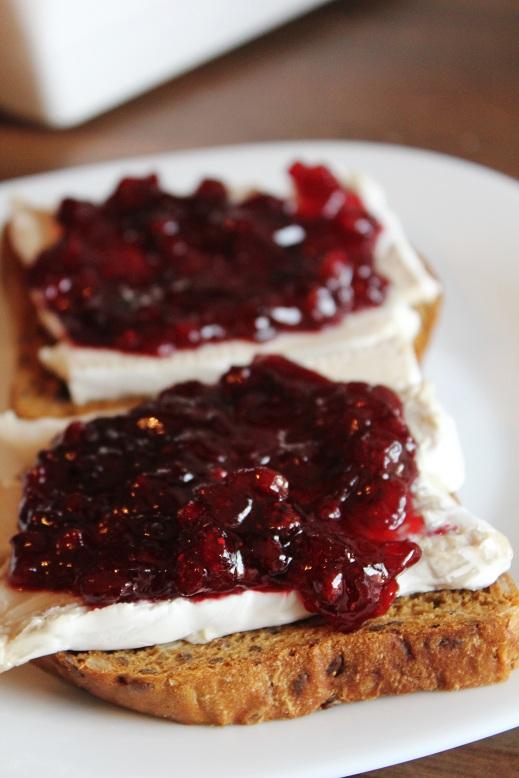 Camembert Lingonberry Toast   Camembert-Preiselbeer-Toast